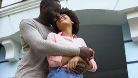 Älsklingar som kramar, nygifta personer på bröllopsresa, förbindelse lycka, affektion stock video
