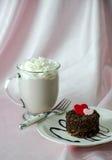 Älsklingkaka och varm choklad Arkivfoto