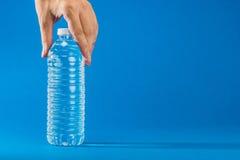 ÄLSKLINGS- flaska som innehåller vattnet Royaltyfri Bild