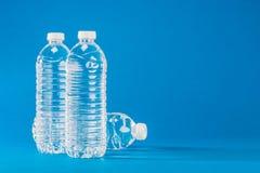 ÄLSKLINGS- flaska som innehåller vattnet Arkivfoto