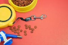 Älsklings- tillbehörbegrepp Bunkar med mat, automatisk koppel royaltyfria foton