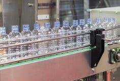 ÄLSKLINGS- vattenflaska i transportör Arkivbilder