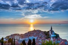Älskvärd Adriatiska havet stad av Piran i solnedgång Royaltyfria Bilder