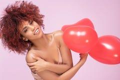 Älskvärd afro flicka med röda ballonger royaltyfri fotografi