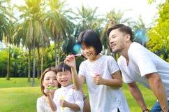 älskvärd asiatisk familj arkivfoton
