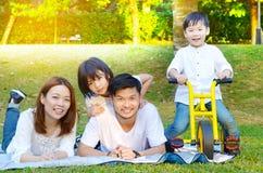 älskvärd asiatisk familj royaltyfri bild
