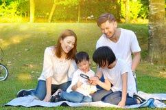 älskvärd asiatisk familj royaltyfri fotografi