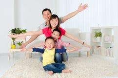älskvärd asiatisk familj Royaltyfria Bilder