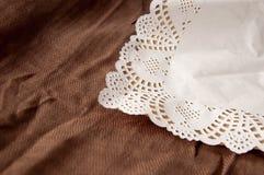 Älskvärd bakgrund med en vit design snör åt slå in-papper med liten bо w 1 livstid fortfarande Lugna brun bakgrund royaltyfri fotografi