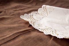 Älskvärd bakgrund med en vit design snör åt slå in-papper med liten bо w 1 livstid fortfarande Lugna brun bakgrund arkivfoto