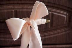 Älskvärd bakgrund med en vit design snör åt slå in-papper med liten bо w 1 livstid fortfarande Lugna brun bakgrund royaltyfri bild