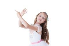 Älskvärd ballerina som poserar behagfullt på kameran royaltyfri bild