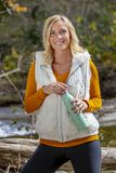 Älskvärd blond modell Enjoying The Outdoors under nedgångavbrott royaltyfria bilder