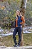 Älskvärd blond modell Enjoying The Outdoors under nedgångavbrott arkivfoton