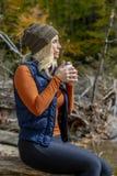 Älskvärd blond modell Enjoying The Outdoors under nedgångavbrott royaltyfri bild