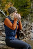 Älskvärd blond modell Enjoying The Outdoors under nedgångavbrott royaltyfri fotografi