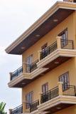 Älskvärd bostads- byggnad med balkonger royaltyfria bilder