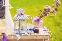 Älskvärd bröllopdekor med blommor Arkivbilder