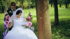 Älskvärd brölloppargunga av blommor arkivfilmer