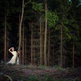 Älskvärd brud i en skog fotografering för bildbyråer