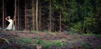 Älskvärd brud i en skog arkivfoton