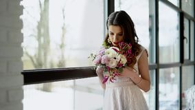 Älskvärd brud med buketten av blommor inomhus lager videofilmer