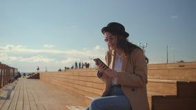 Älskvärd brunettflicka som kyler på en strand stock video