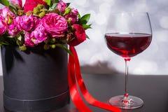 Älskvärd bukett av rosa och röda rosor och det röda bandet i en circula Arkivbilder