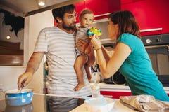 Älskvärd familj i kök royaltyfri foto