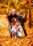 Älskvärd familj i park royaltyfria bilder