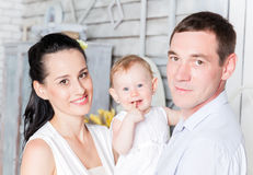 Älskvärd familj tillsammans hemma Arkivfoton