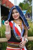 Älskvärd flicka av den Kadazan dusuninfödingen i traditionella dräkter i Sabah, Borneo Royaltyfria Foton