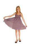 Älskvärd flicka i den burgundy klänningen Royaltyfria Foton