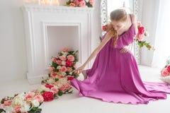 Älskvärd flicka i härlig klänning Royaltyfri Foto