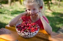 Älskvärd flicka som äter frukt arkivbilder