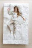 Älskvärd flicka som drömmer om hennes framtida jobb Royaltyfri Fotografi