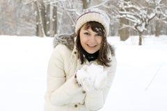 Älskvärd flicka som leker med snow Royaltyfria Foton