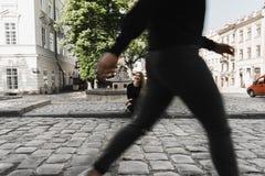 ?lskv?rd flicka som poserar in i den gamla gatan Begrepp av ungdom och sk?nhet royaltyfria foton