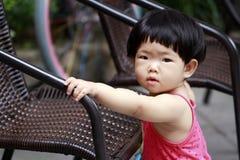 Älskvärd kines behandla som ett barn flickalek hemma arkivfoton