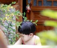 Älskvärd kines behandla som ett barn flickalek hemma arkivfoto