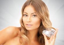 Älskvärd kvinna med den stora diamanten Royaltyfria Bilder