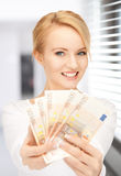 Älskvärd kvinna med eurokassapengar Royaltyfria Foton