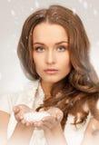 Älskvärd kvinna med iskristaller Royaltyfri Bild