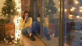 Älskvärd kvinna med kaffe som sitter på fönsterbräda stock video