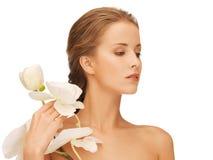 Älskvärd kvinna med orchidblomman Royaltyfri Bild