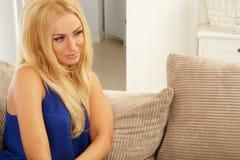 Älskvärd kvinna som ligger på hennes soffa royaltyfri foto