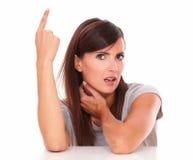 Älskvärd kvinna som pekar upp, medan se dig Arkivfoton