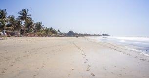 Älskvärd lång sandig strand i Gambia, Kotu nära Serrekunda arkivbilder