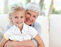 Älskvärd liten flicka med henne farmor Royaltyfri Bild