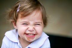 Älskvärd liten flicka som gör den roliga framsidan Royaltyfri Bild